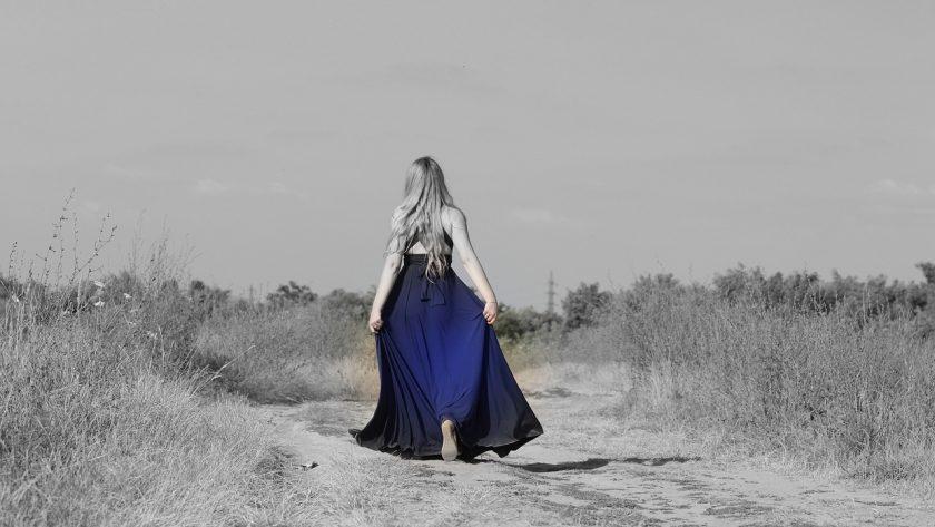 Długa błękitna muślinowa sukienka
