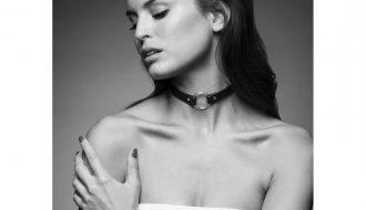 Akcesoria do krępowania i kobieta w zmysłowej bieliźnie w kolorze białym