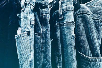 Jak prasować jeansy, czyli jeansy na wieszakach